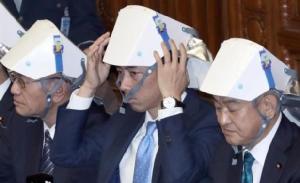 อย่าทำเป็นเล่น! สส.ญี่ปุ่นสวมหมวกนิรภัยทั้งสภา