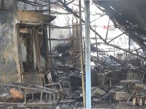 ชุดดับเพลิงต้องฉีดน้ำเลี้ยงรอไฟมอด ก่อนเข้าตรวจสอบเหตุไฟไหม้ร้านกิ๊ฟชอป