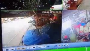 หนุ่มปางช้างขับกระบะกลับจากส่งทัวร์ฝรั่ง หลับในพุ่งชนร้านและรถข้างทางพังยับ