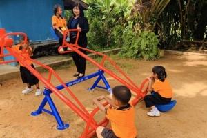 บริษัท เอส.ยู.ซูซูกิ ภูเก็ต ตอบแทนสังคมมอบอุปกรณ์เครื่อง – สนามเด็กเล่น โรงเรียนบ้านพารา