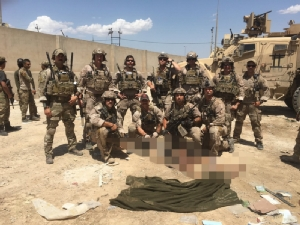 เอ็ดเวิร์ด กัลลาเกอร์ และเพื่อนร่วมทีมขณะถ่ายรูปคู่กับศพของนักโทษไอเอสในอิรัก