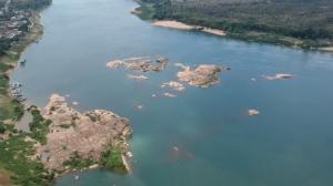 ตะลึง! น้ำโขงอุบลฯเปลี่ยนเป็นสีฟ้าน้ำทะเล  นักท่องเที่ยวแห่ชมคึกคัก