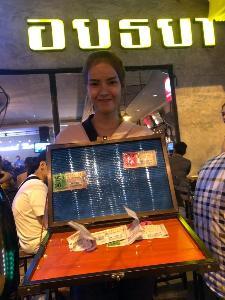 คนเมืองกรุงเก่าฮือฮา ชื่นชมนางฟ้าขายลอตเตอรี่สู้ชีวิตหาเลี้ยงลูกน้อย 2 คน