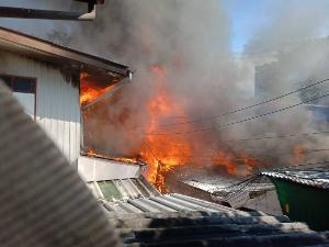 ระทึก! ไฟไหม้บ้านประชาชน ชุมชนใกล้สวนสุขภาพลัดโพธิ์ จนท. เร่งควบคุมเพลิง