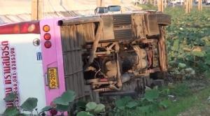 ระทึก! รถบัสรับส่งพนักงานพลิกคว่ำตกร่องน้ำ โชคดี 36 ชีวิตรอดตาย