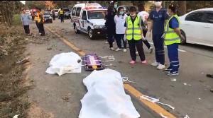 อุทาหรณ์! กระบะชนต้นไม้เจ็บ 2 ดับ 2 หนุ่มสุโขทัยขับป้ายแดงหันมองชนรถ พนง.ประกันฯ ซ้ำเจ็บอีก 4