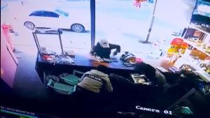 อีกแล้ว! คนร้ายควงปืนปล้นอุกอาจร้านแลกเงินกลางท่าขี้เหล็ก กวาดเงิน 4 แสนบาทบึ่งเก๋งหนี
