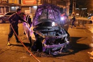 ระทึก! เพลิงไหม้รถเก๋งกลางแยกไฟแดง คนขับพร้อมแฟนสาวรอดตาย