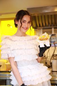 """""""ญาญ่า"""" โชว์สเน่ห์ปลายจวัก ทำแซนด์วิชไข่สไตล์ญี่ปุ่น ฉลองเปิดร้าน E Bomb Egg Sandwiches & Fries สาขาแรกในไทย"""