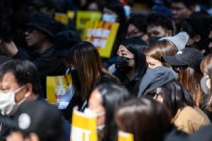 <i>ผู้ทำงานในภาคโฆษณาของฮ่องกง เข้าร่วมการชุมนุมประท้วง ที่ ชาเตอร์ การ์เดน ในฮ่องกง วันจันทร์ (2ธ.ค. เพื่อกดดันรัฐบาลให้ตอบสนองข้อเรียกร้อง 5 ข้อของฝ่ายผู้ประท้วงเรียกร้องประชาธิปไตย </i>