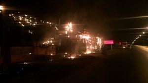 ระทึก! ไฟไหม้สายสื่อสารยาวกว่า 100 เมตร เหตุหนาวฉับพลันทำสายไฟแรงสูงขาด