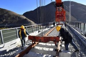 จีนปิดจ็อบวางรางรถไฟ 4.6 กม. ข้ามแม่น้ำยาวสุดของแดนหลังคาโลก