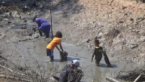 ท้าลมหนาวชาวนาพาลูกหลานลุยโคลนจับปลาวิถีชีวิตเรียบง่ายอีสาน
