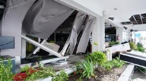 <i>สภาพภายในอาคารผู้โดยสาร ซึ่งผนังด้านหนึ่งพังลงมา ณ สนามบินเมืองเลกัสปีซิตี้ ทางตอนใต้ของกรุงมะนิลา จากฤทธิ์ของไต้ฝุ่นคัมมูริเมื่อวันอังคาร (3 ธ.ค.) </i>