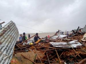 <i>ชาวบ้านยืนอยู่ข้างๆ บ้านเรือนที่พังพินาศของพวกเขา ภายหลังไต้ฝุ่นคุมมูริถล่มจังหวัดซอร์โซกอน ในฟิลิปปินส์ วันอังคาร (3 ธ.ค.) </i>
