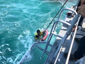 ทัพเรือภาคที่ 1 ส่งเรือตรวจการณ์ช่วยชีวิตลูกเรือชาวพม่ากลางอ่าว จ.ตราด