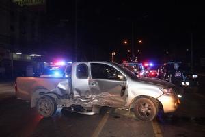 กระบะมักง่ายกลับรถกลางถนน ถูกรถเก๋งขับทางตรงชนเจ็บ 3 ราย