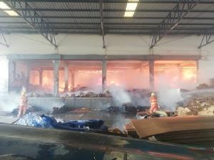 ไฟไหม้โรงงานกระดาษย่านลาดหลุมแก้ว เสียหายหลายล้าน