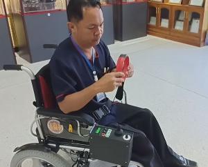 """(ชมคลิป) น่าทึ่ง! นศ.-อาจารย์วิทยาลัยฯ ศรีสัชนาลัยคิดค้น """"วีลแชร์ไฟฟ้า"""" ช่วยผู้พิการแขนขาสำเร็จ"""