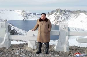 """InPics&Clip: """"คิม จองอึน"""" ควบม้าขาว ส่งสัญญาณแรงพร้อมเผชิญหน้าโลกตะวันตก ก่อนหน้าประชุมใหญ่คณะกรรมการกลางพรรค"""