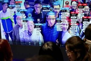 ใบหน้าของผู้เข้าชมงานนิทรรศการดิจิตัล ไชน่า ในฝูโจว ปรากฏบนจอภาพของเทคโนโลยีจดจำใบหน้า ภาพเมื่อวันที่ 8 พ.ค. 2019 (แฟ้มภาพ รอยเตอร์ส)
