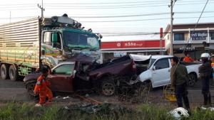 บรรทุกพ่วง 18 ล้อชนอัดก๊อปปี้กระบะ 2 คันพังยับ ดับ 2 ศพติดในซากรถ ที่ อ.ครบุรี โคราช