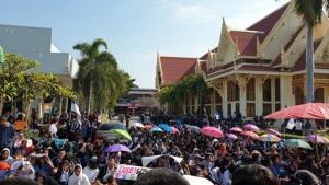 นร. เบญจมฯ กว่า 2,000 คน ลุกฮือ ปิดประตูโรงเรียน ไม่ให้ ผอ.โรงเรียนคนใหม่