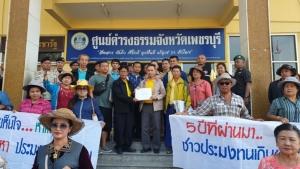 """ประมงเพชรบุรียื่นหนังสือถึง """"ลุงตู่"""" ร้องให้เร่งดำเนินการ 12 ข้อช่วยประมงไทย"""