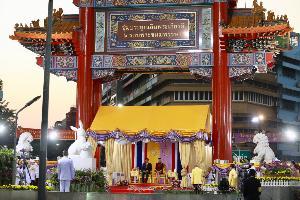 ทรงพระเจริญดังกึกก้อง ในหลวง-พระราชินี เสด็จฯ เยาวราช ทรงเยี่ยมราษฎรชาวไทยเชื้อสายจีน