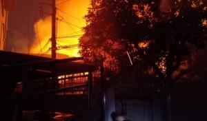 เพลิงไหม้ชุมชนวัดกัลยาณมิตร บ้านไม้สักเก่าแก่นับ 100 ปี วอดพร้อมหลังอื่นนับสิบ