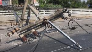 ลมแรงพัดเสาไฟฟ้าแรงสูงล้มระนาว 4 ต้น ชาวบ้านหนีตายโชคดีไม่ได้รับอันตราย