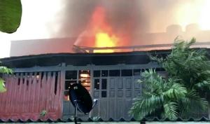 ลมแรง..โหมเพลิงลุกไหม้บ้านไม้ทรงไทยใน จ.ชลบุรี วอด 3 หลังเสียหายกว่า 10 ล้านบาท