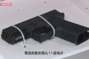 <i>ตำรวจฮ่องกงโชว์อาวุธที่ยึดมาได้จากการบุกตรวจค้นสถานที่ต่างๆ หลายจุดเมือคืนนี้ (ภาพจาก เคเบิลทีวีนิวส์) </i>