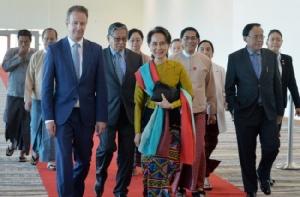 'ซูจี' ยิ้มสดใสออกเดินทางไปกรุงเฮกขึ้นศาลโลก