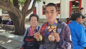 ยายเป็นปลื้มพาหลานชายนักกีฬาทีมชาติซีเกมส์แก้บน หลังได้รับเหรียญทองจากทวิกีฬา