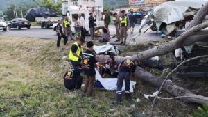 ดับอีก 4 เจ็บ 8 รถตู้ชนต้นไม้ริมถนนเพชรเกษม ประจวบฯ คาดคนขับหลับใน