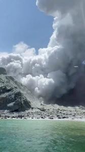 ภูเขาไฟนิวซีแลนด์ระเบิด  ตาย 5  เจ็บ 20  ออสซีเสนอช่วยเหลือ