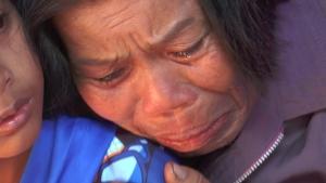 สุดเศร้า! แม่เหยื่อสาวบุรีรัมย์ถูกกระสุนลูกหลงอันธพาลไล่ยิงกันดับคารถตู้ กอดหลานร่ำไห้ปานจะขาดใจ