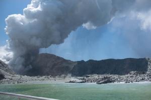 <i>ภาพที่เผยแพร่โดย ไมเคิล สเชด แสดงให้เห็นภูเขาไฟบนเกาะไวท์ ของนิวซีแลนด์ ปล่อยไอน้ำและเถ้าถ่านออกมา ไม่กี่อึดใจหลังจากระเบิดเมื่อวันจันทร์ (9 ธ.ค.) </i>