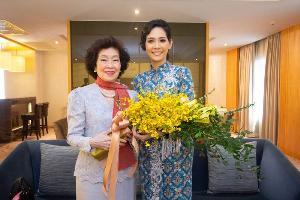 อารยา อรุณานนท์ มอบช่อดอกไม้แสดงความยินดีกับ สิรีธร ลีห์อร่ามวัฒน์