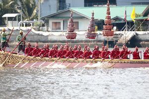เรือพระราชพิธี 52 ลำ เคลื่อนจากกรมอู่ทหารเรือ ตั้งขบวนบริเวณท่าวาสุกรี