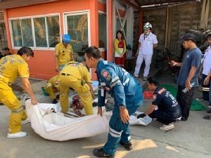 กระบะหลับใน พุ่งชนรั้วโรงงานดับคาซากรถ 2 ราย