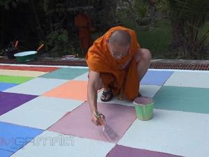 พระชาวมาเลเซีย 9 รูป ลงมือทาสีริมท่าน้ำพัฒนาวัดนาทวี