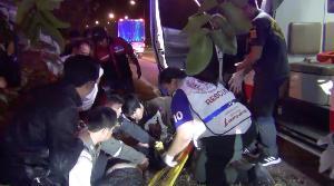 ยายวัย 60 ขับเก๋งเจอข้าวเปลือกตกเกลื่อนถนนลำปาง รถแฉลบชนต้นไม้เป็นตายเท่ากัน