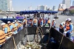 กรมเจ้าท่าร่วมมือเอกชนและชุมชนลงเรือเก็บขยะในเจ้าพระยา