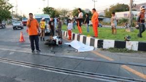 หนุ่มซิ่งบิ๊กไบค์เสียหลักข้ามทางรถไฟชนเก๋ง ร่างกระเด็นฟาดเกาะกลางถนนดับคาที่