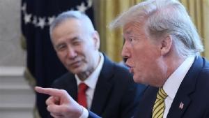 ภาพรอยเตอร์ส - รองนายกฯ หลิว เหอ (ซ้าย) ซึ่งถูกมองว่าเป็นซาร์ด้านเศรษฐกิจของประธานาธิบดีสี จิ้นผิง กับ โดนัลด์ ทรัมป์ ประธานาธิบดีสหรัฐอเมริกา (ภาพรอยเตอร์ส)