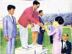 ๑๖ ธันวาคม ทรงลงแข่งขันในฐานะนักกีฬาทีมชาติไทย! กรรมการโอลิมปิกถวายเหรียญทอง!!