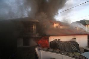 ไฟไหม้บ้านเรือนประชาชนย่านคลองหลวง ไร้เจ็บ