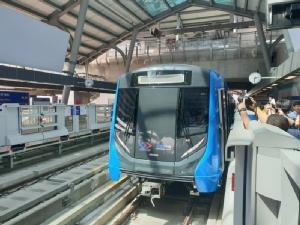 รถไฟฟ้าสายสีน้ำเงินมาแล้ว   ผลพวงจากการใช้ มาตรา 44